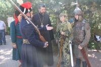 Экспозиция исторических предметов, формы одежды и макетов оружия